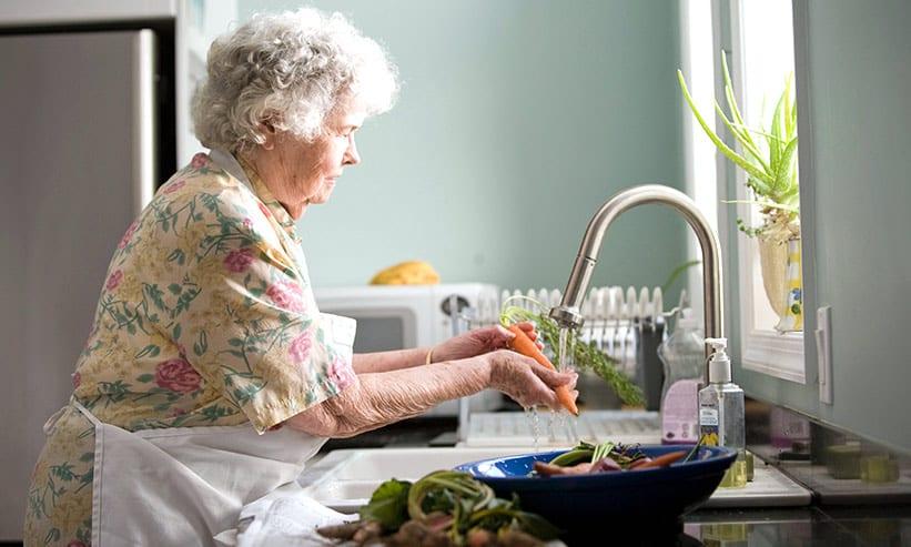 野菜を洗う女性