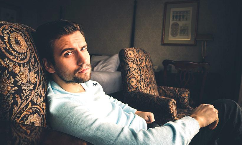 ソファに座る男性