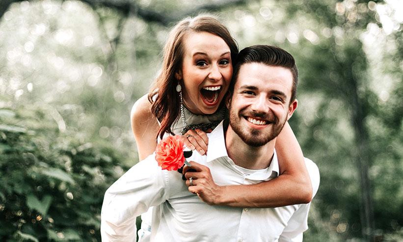 笑っているカップル