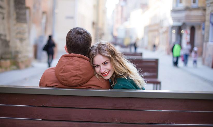 男性の横に座り後ろを向き微笑んでいる女性