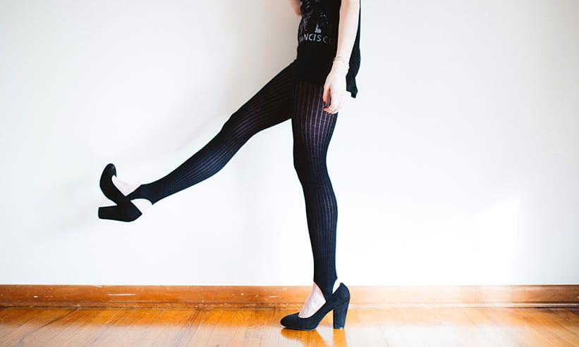 黒のストッキングを履いた女性の足