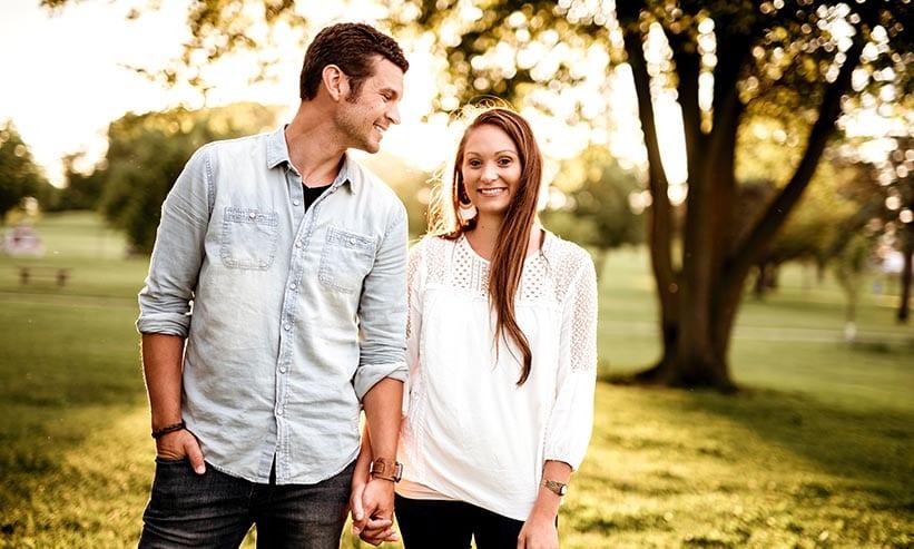 仲良く散歩するカップル