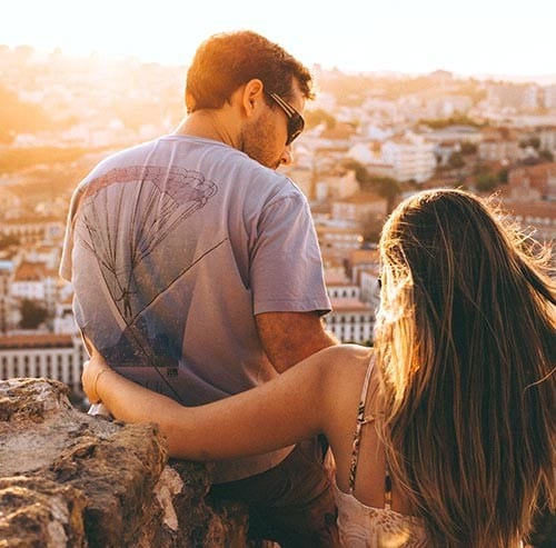 夕焼けを眺めるカップル