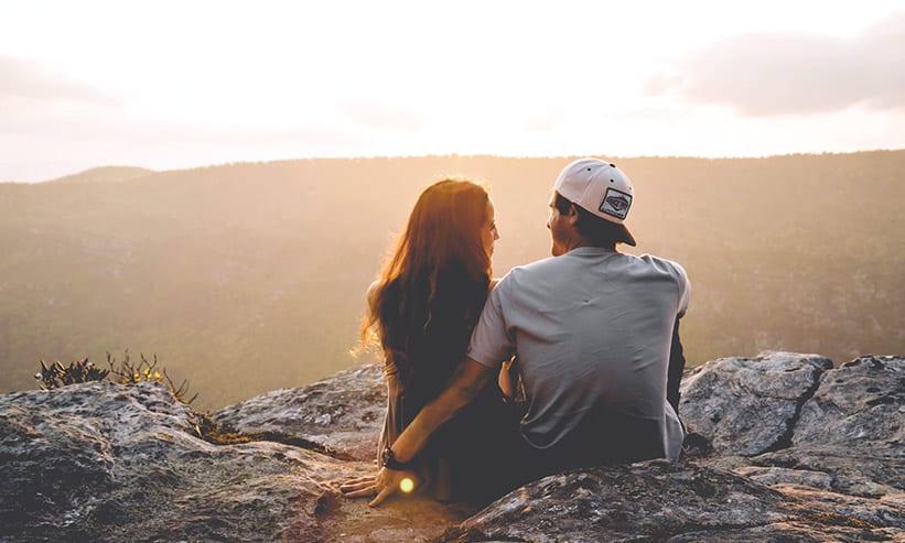 眺めの良い場所で座っているカップル