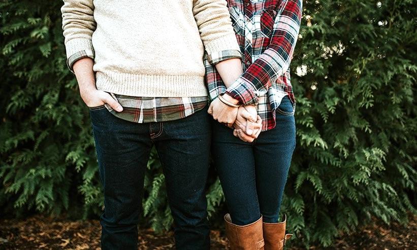 手を繋いで寄り添っているカップル