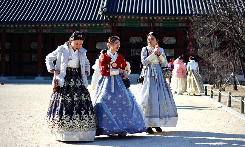 民族衣装を着た3人の女性