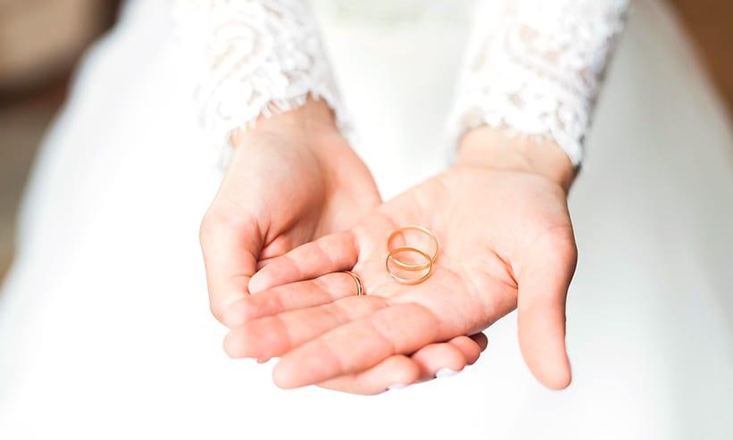 指輪を両手で差し出す新婦