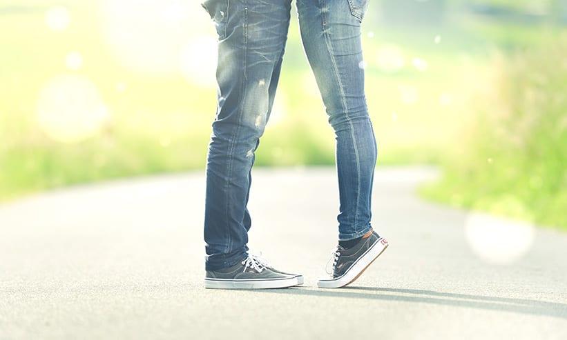 爪先立ちしている女性と男性の足