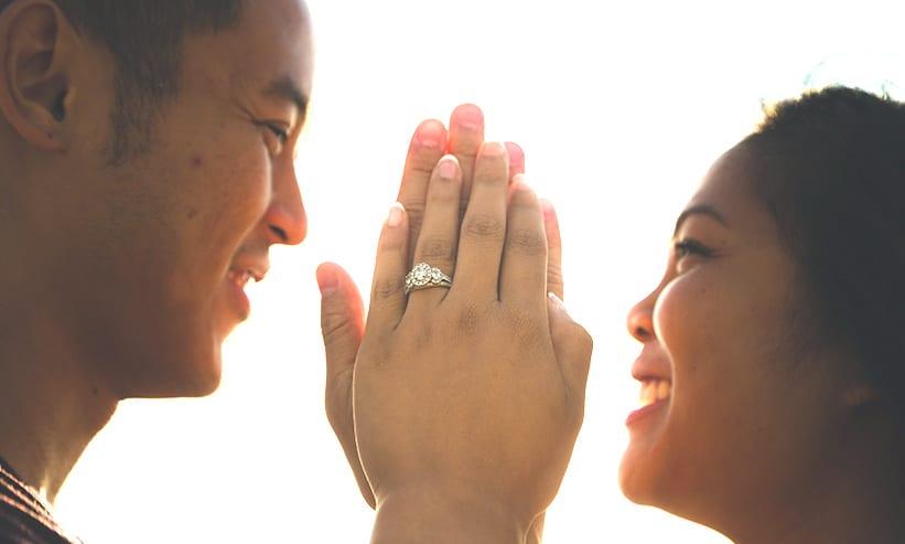 手を重ね微笑み合うカップル