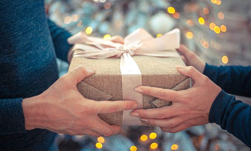男性からのプレゼントを受け取る女性