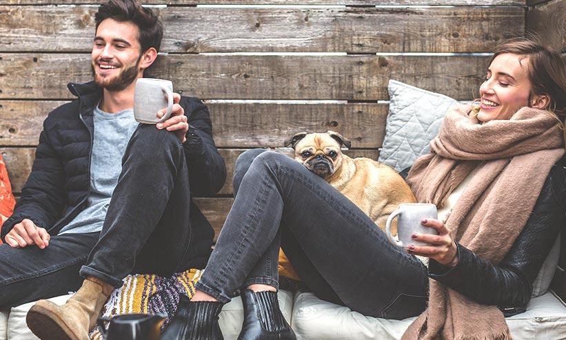 座ってコーヒーを飲んでいるカップル