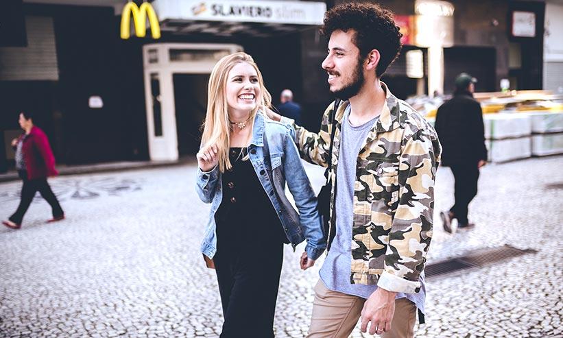 街中を歩くカップル