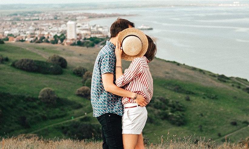 帽子で顔を隠すイタリア人男性と女性