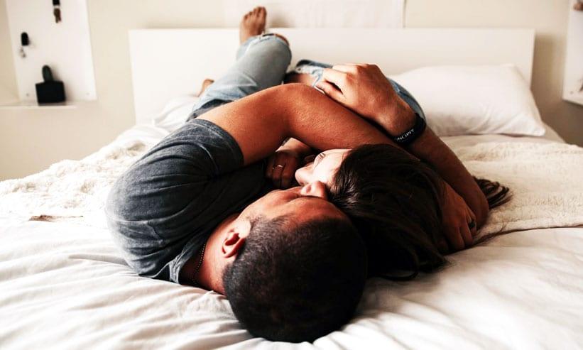 抱き合う男性と女性