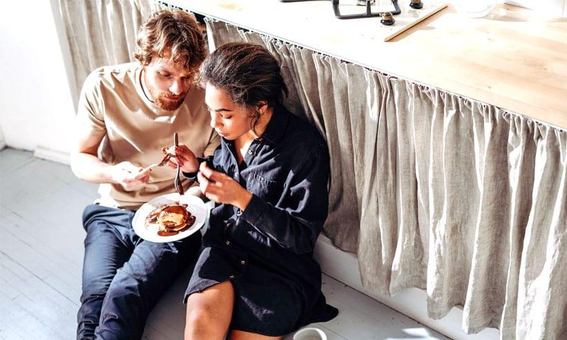 パンケーキを食べる男女