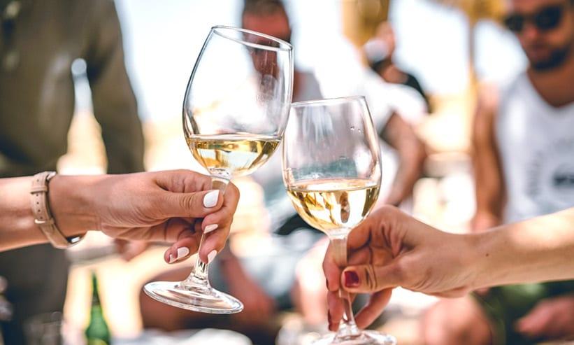 白ワインで乾杯しているドイツ人