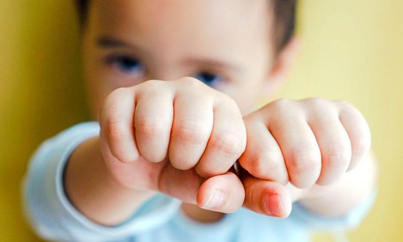 拳を合わせる子供