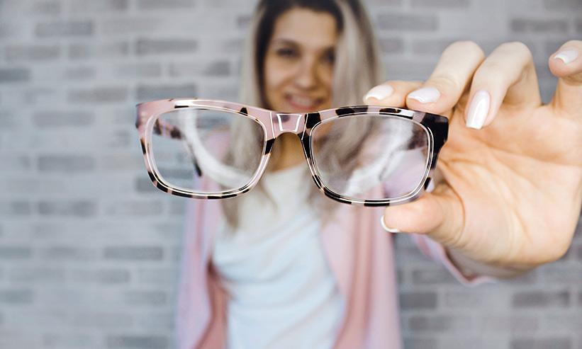 メガネを前に差し出す女性