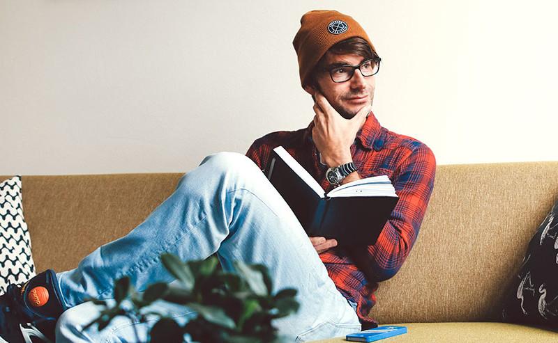 本を読みながら考える男性