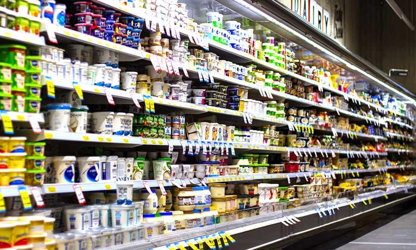 スーパーに並んでいるヨーグルト