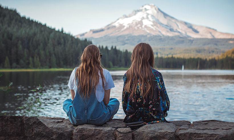 湖を見る2人の女性の後ろ姿