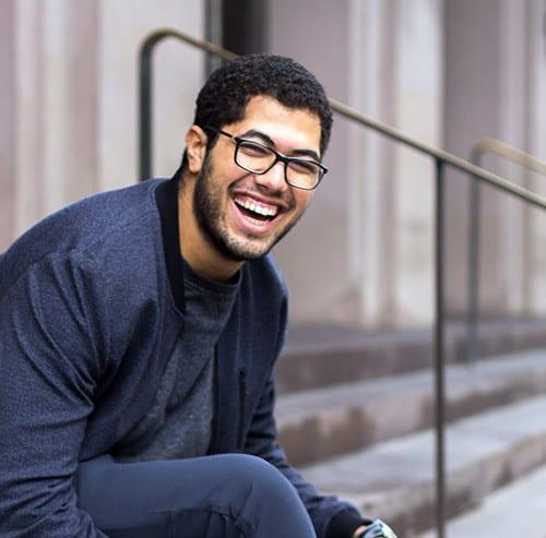 階段に座って笑っている男性