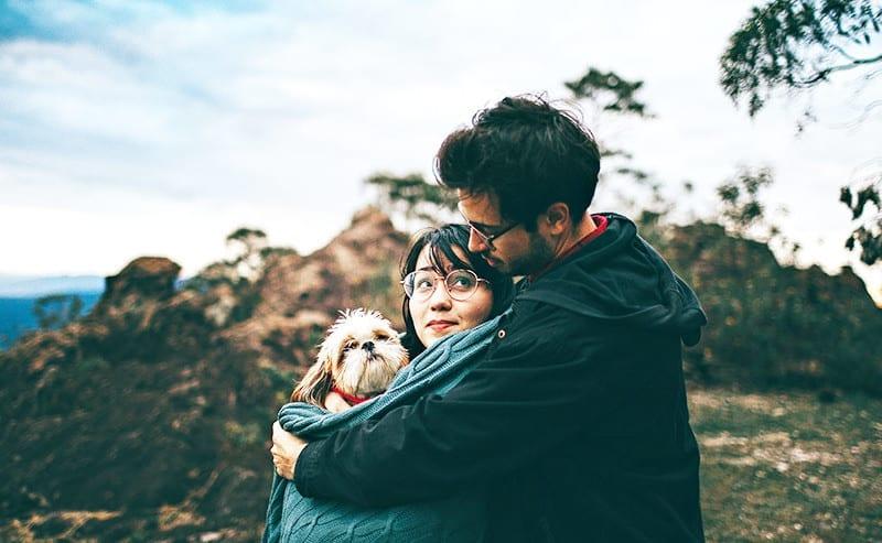 女性を後ろから抱きしめる男性