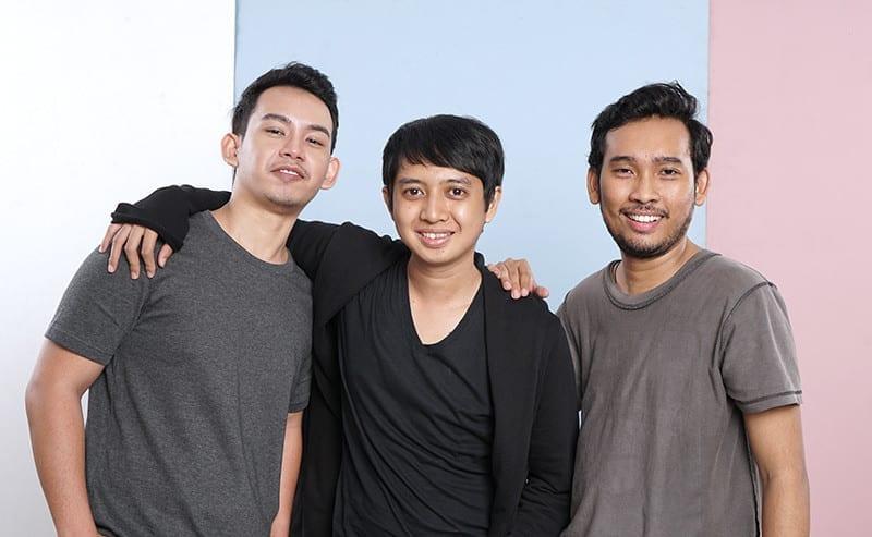 肩を組む3人の男性
