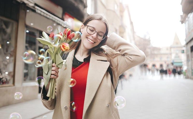 花を持って笑っている女性