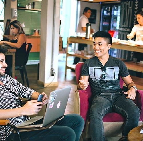 カフェで話をする2人の男性