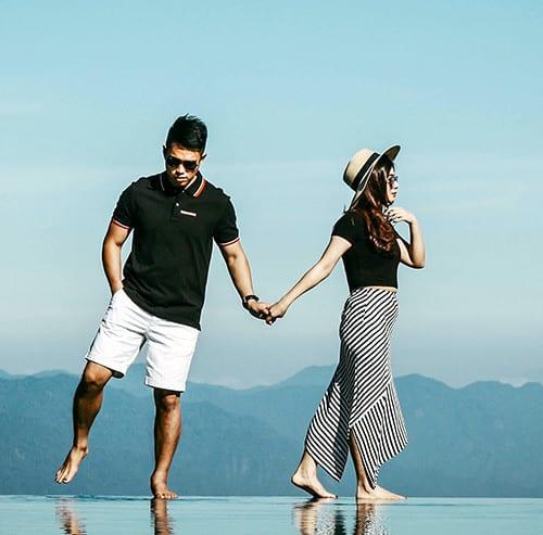 湖を歩くカップル