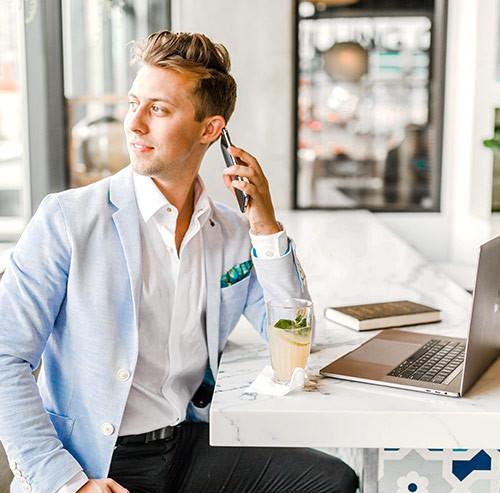 仕事中に電話しながら外を眺める男性