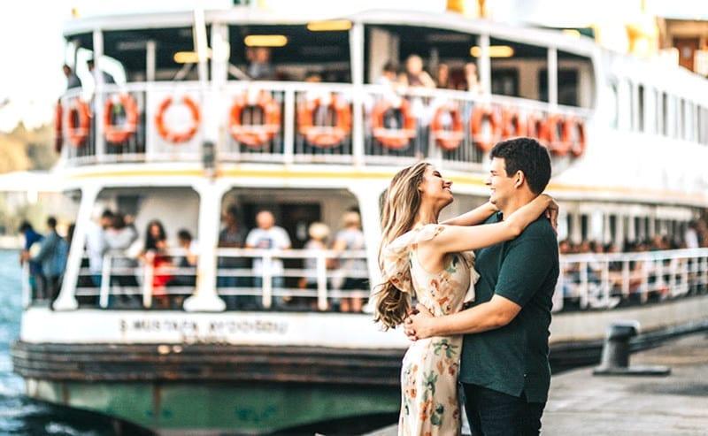船着場でハグするカップル