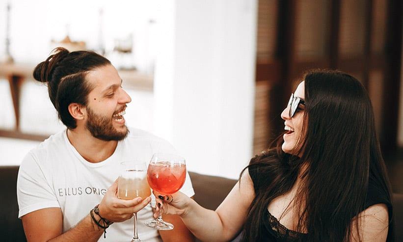 笑いながら乾杯するカップル