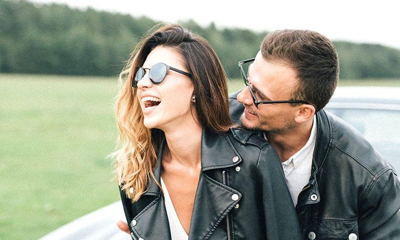 サングラスをかけて楽しそうに笑っているカップル