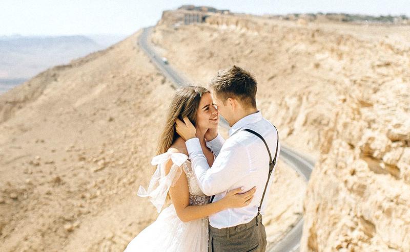 崖の上で見つめ合うカップル