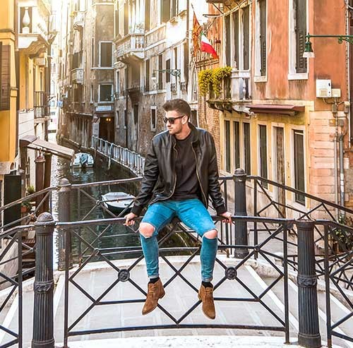 橋の手すりに座る男性