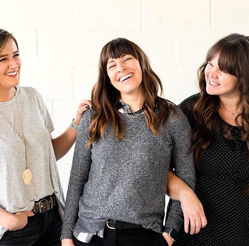 楽しそうに話をする3人の女性