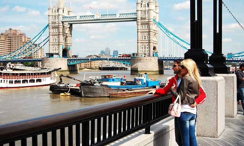 川を見つめるカップル