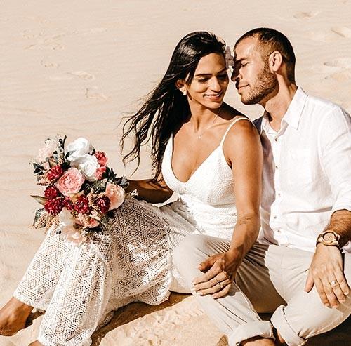 砂浜に座るカップル