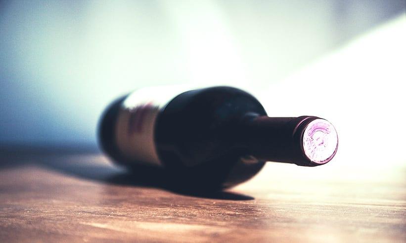 テーブルに倒れているワインのボトル