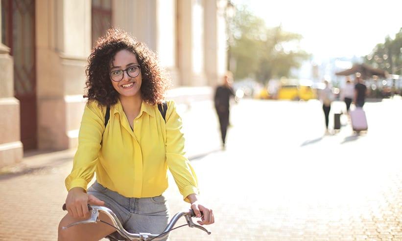 街中で自転車に乗る女性